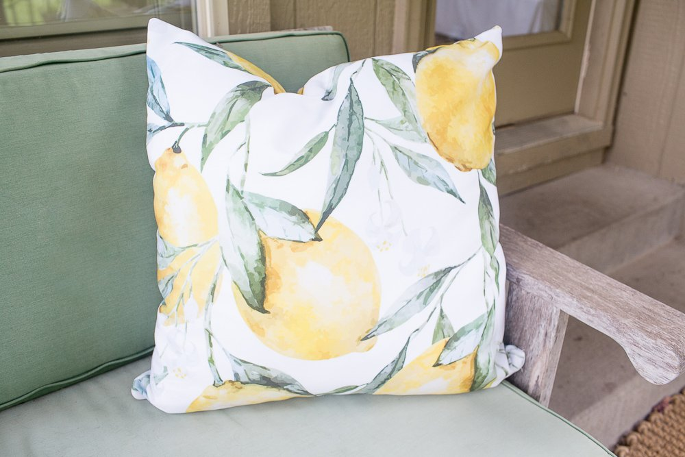 decorating with throw pillows summer