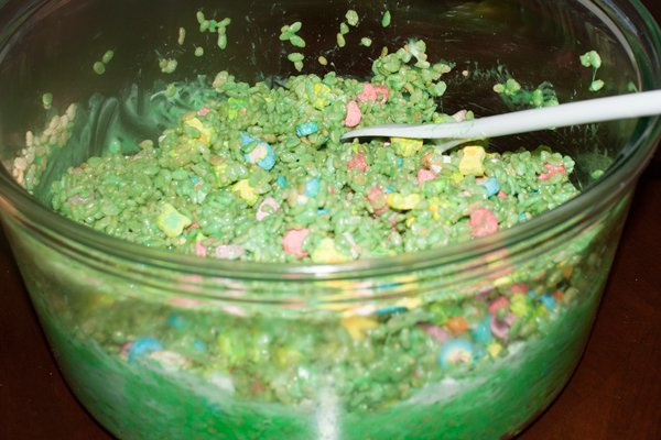daycare-treats-saint-patricks-day-stir-up-lucky-charms-diy-green-marshmallows